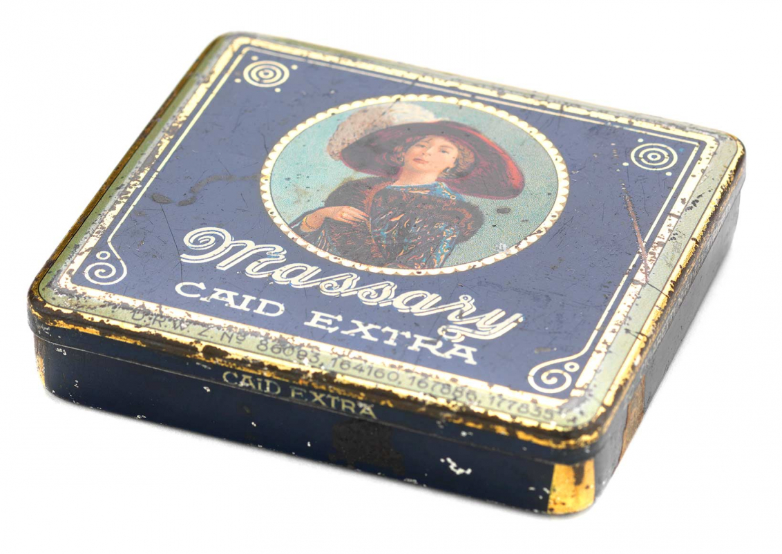 Tin can with hinged lid for 20 cigarettes, dark blue, a coloured portrait of Fritzi Massary is drawn in the middle in a round golden frame
