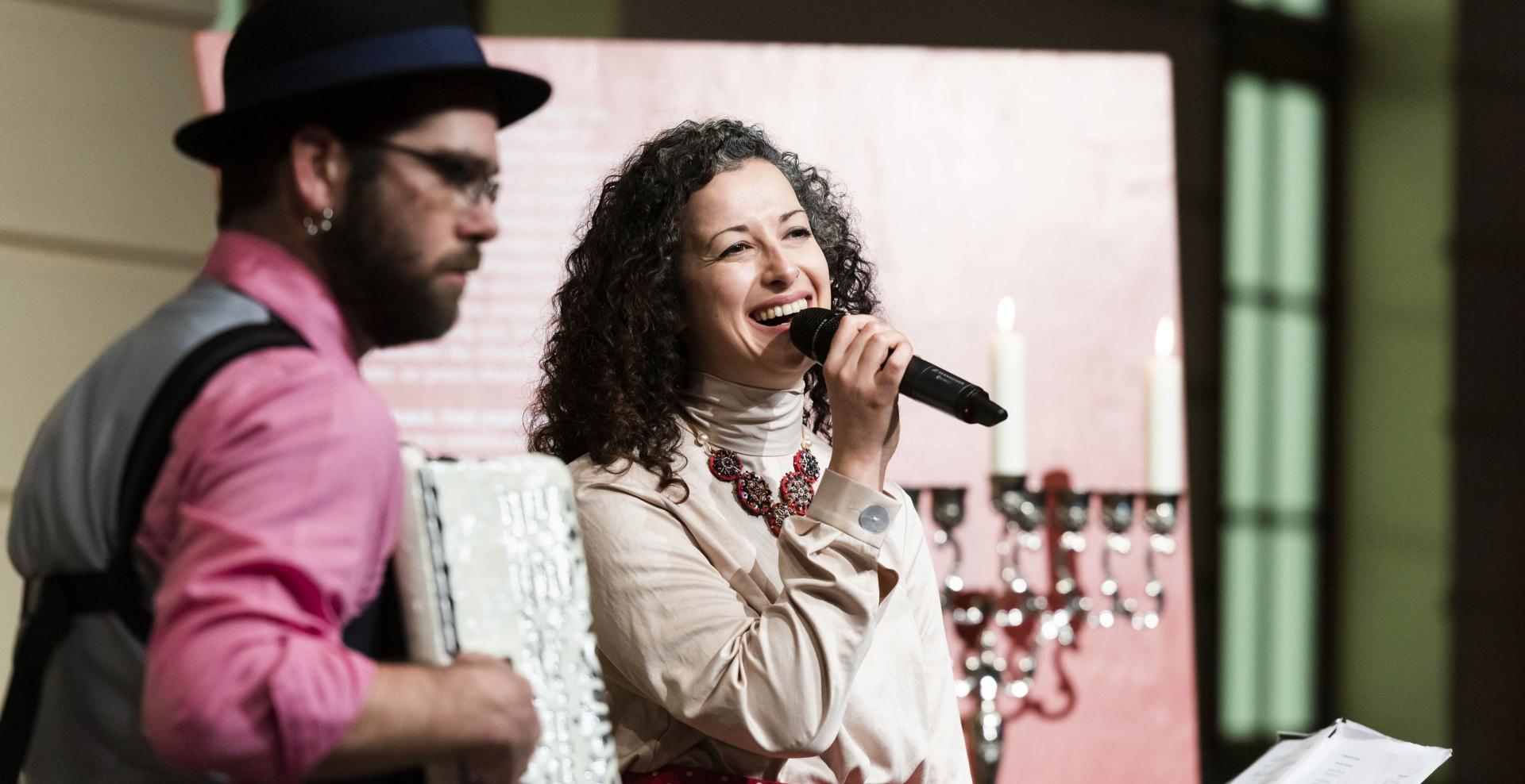 Ein Mann und eine Frau musizieren