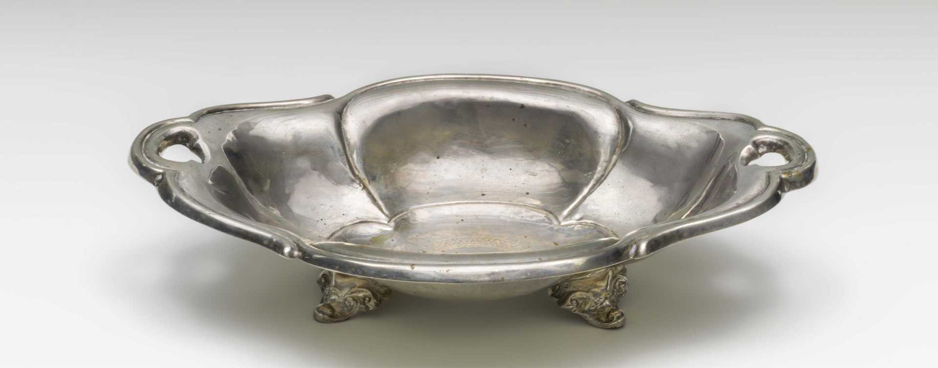 Bowl with two handles and feet, photographed diagonally from above