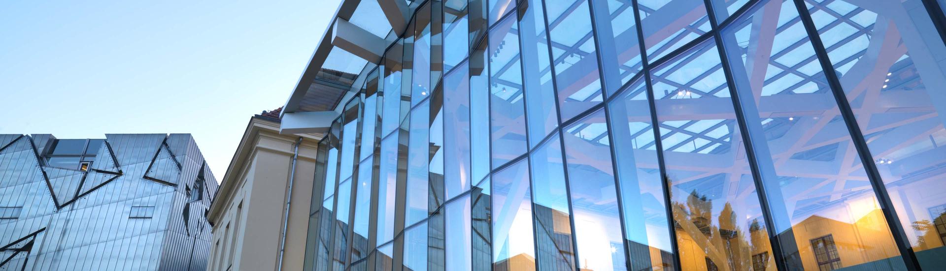 Blick auf den Glashof des Jüdischen Museums Berlin, links im Hintergrund der Neubau