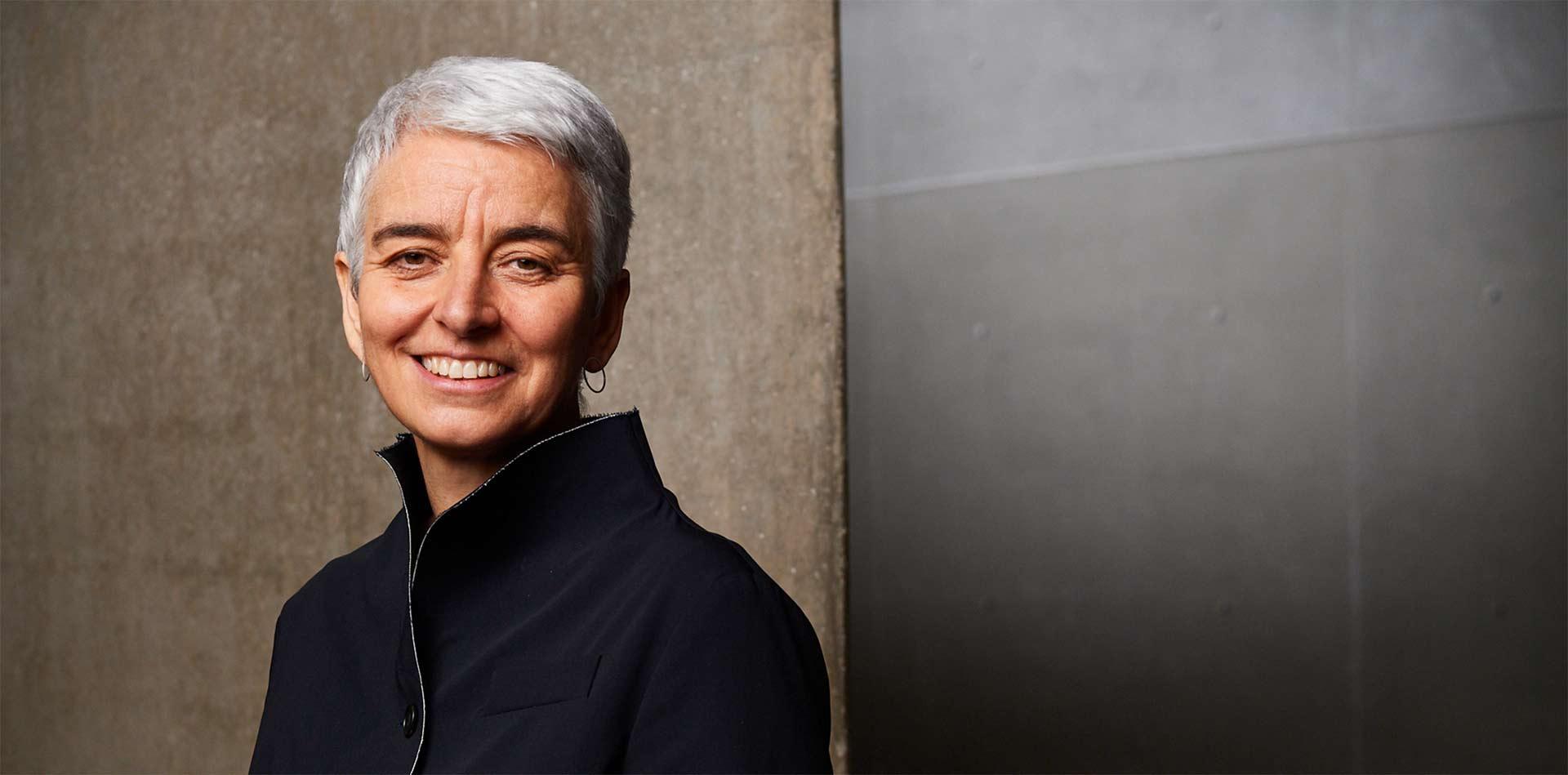 Porträtfoto von Hetty Berg im Inneren des Libeskind-Baus