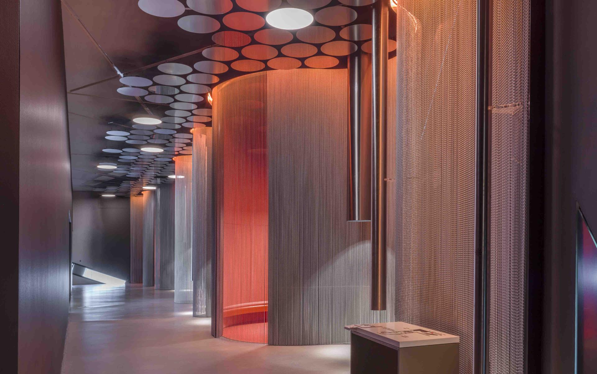 Ansicht Klangraum mit metallenen Vorhängen