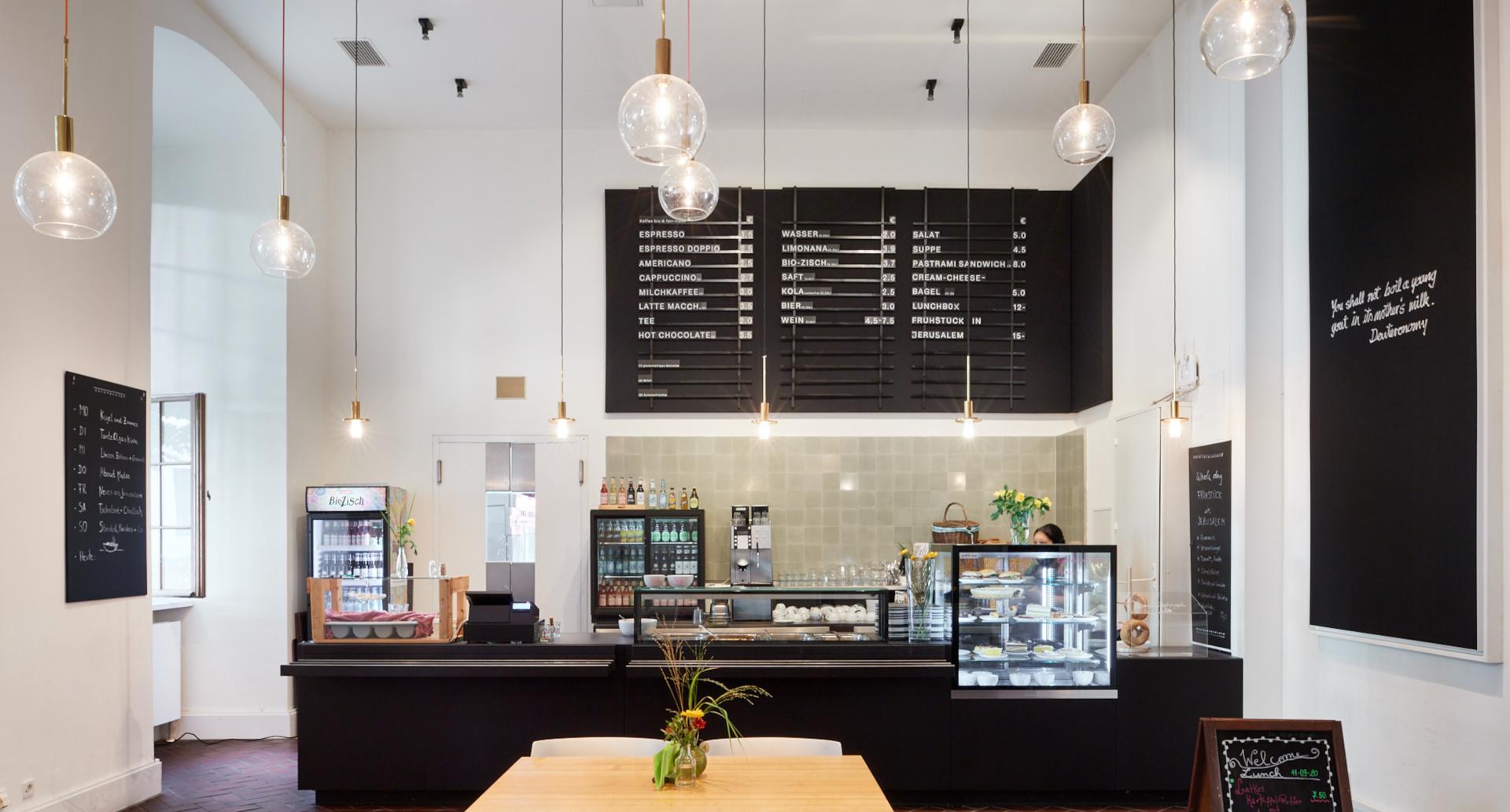 Museumscafé mit Theke und Speisetafeln