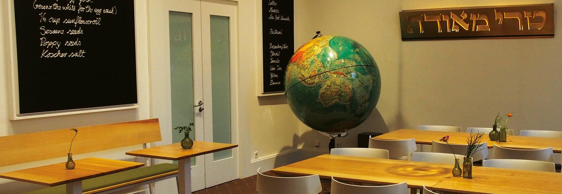 Blick in das Museumscafé mit Tischen und Stühlen