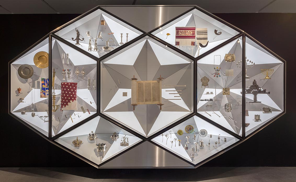 Diamantförmige Vitrine mit Judaica-Objekten