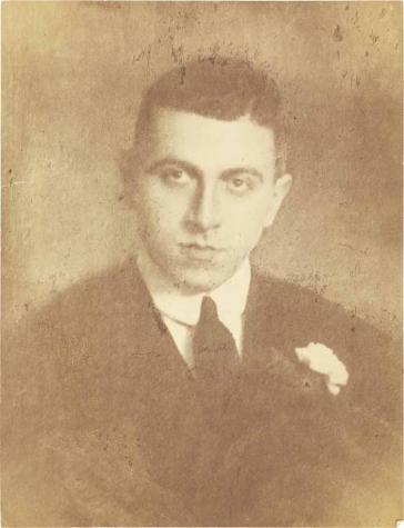 Schwarz-weiß-Foto: Porträt eines jungen Mannes im Anzug mit Krawatte