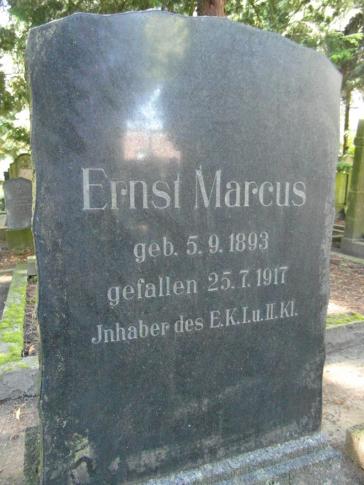 Farbfoto: Schwarzer Grabstein mit Inschrift