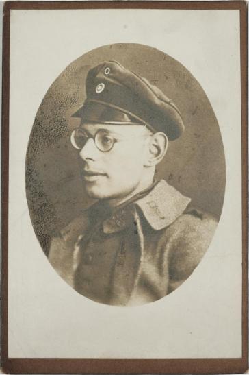 Schwarz-weiß-Foto: Uniformierter Soldat, ovaler Ausschnitt, Brustbild im Halbprofil