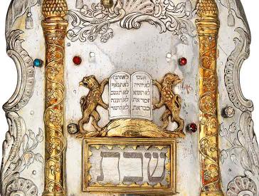 Silbernes Tora-Schild mit vergoldeten Säulen und Löwen, die Gesetzestafeln halten