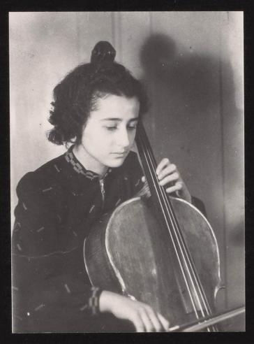 Anita Lasker im Jahr 1938 beim Cello-Spielen