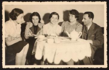 Anita, Renate und Marianne Lasker mit ihren Eltern, 1938