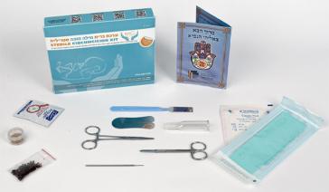 Einmalbesteck für eine Beschneidung bestehend unter anderem aus Scheren, Beschneidungsklemme und Einmalhandschuhen