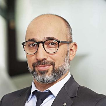 Porträt von Bülent Durmuş im Anzug