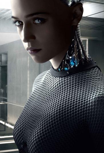 Filmstill aus Ex_machina, ein weiblicher Android, dessen Hals und Nacken aus Drähten und Metallverkleidungen bes