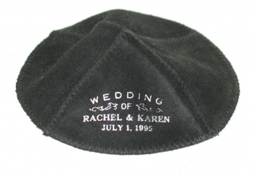 """Schwarze Kippa mit der weißen Aufschrift """"Wedding of Rachel & Karen Juli 1, 1995"""""""