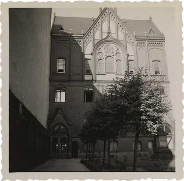 Die Aufnahme zeigt das Auerbach'sche Waisenhaus von der Schönhauser Allee aus gesehen. Im oberen Teil ist ein Spitzgiebel mit Fenstern zu sehen (Schwarz-Weiß-Foto)