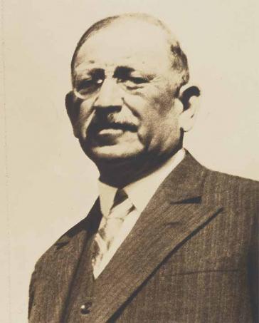 Porträt eines älteren Herrn in Anzug und Krawatte (Schwarz-Weiß-Foto)