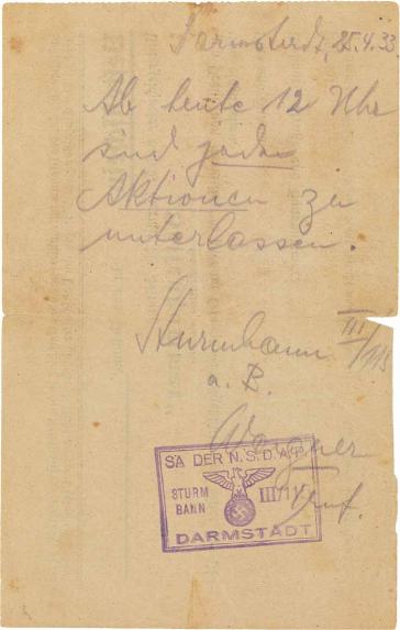 """Handschriftliche Mitteilung, gestempelt und unterzeichnet von """"SA-Sturmbann III/115 Wagner"""". Text: Darmstadt, 25.4.1933. Ab heute 12 Uhr sind jede Aktionen zu unterlassen."""""""