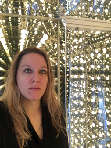 Selfie Shelley Harten against a shiny silver background