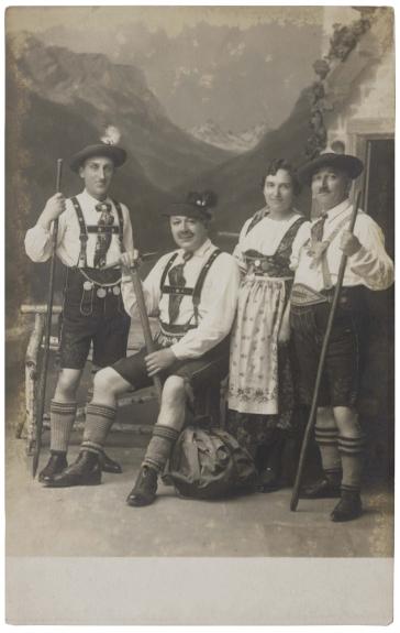 Schwarz-Weiß Foto von vier Personen in Gebirgstracht
