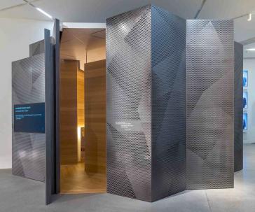 Wände aus Metall mit Öffnung in der Mitte, Holzverkleidung innen