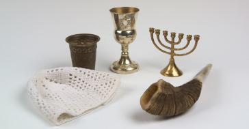 Religiöse Gegenstände (Kippa, Kiddusch-Becher, Elias-Becher, Menora, Schofar)