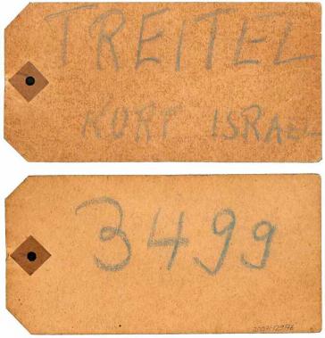 Mit Kreide beschrifteter Karton mit der Aufschrift »Treitel Kurt Israel«, auf der Rückseite die Nummer »3499«