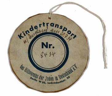 Rundes Pappschild »Kindertransport Nr. 8434«, Vordruck mit handschriftlicher Ergänzung, mit Schnur zum Festmachen