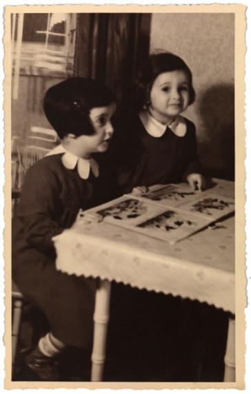 Schwarz-Weiß-Foto, zwei Mädchen an einem Tisch