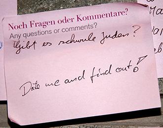 """Post-it mit der handschriftlichen Frage """"Gibt es schwule Juden?"""" un der Antwort """"Date me and find out!"""""""