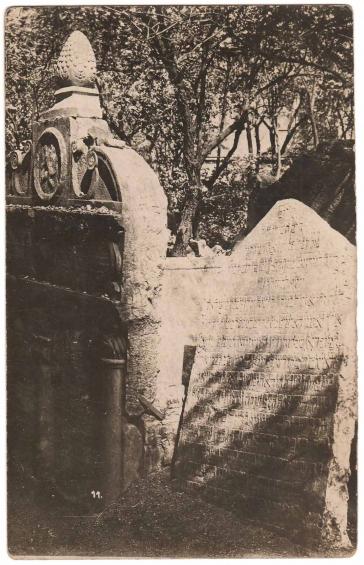 Schwarz-weiß-Fotografie eines Grabsteins