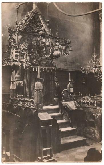 Schwarz-Weiß-Fotografie des Innenraums einer Synagoge