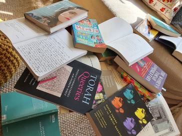 Chaotischer Bücherstapel