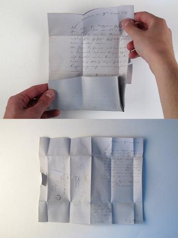 Zwei Fotos der Brief-Rekonstruktion, einmal fast, einmal ganz aufgefaltet