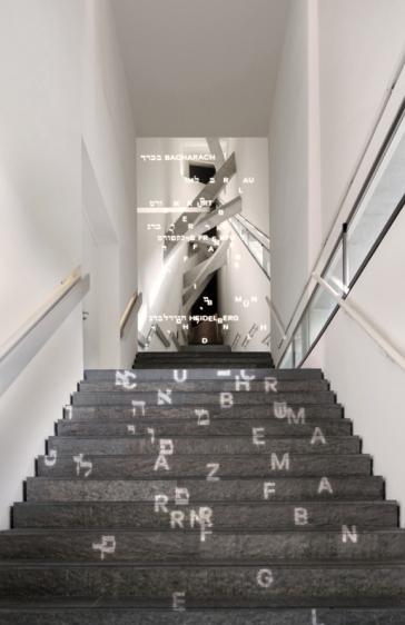 Treppe mit Lichtprojektion