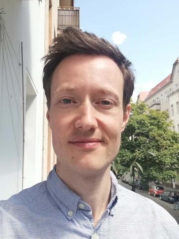 Porträt Florian Schmeling auf Balkon