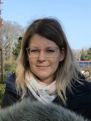 Porträt von Katja Schwarzer im Grünen