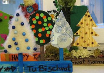 Gebastelte Bäume auf einem mit »Tu bi-Schwat« beschrifteten Sockel