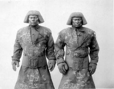 Schwarz-weiß-Foto von zwei nahezu identischen Golems mit Pagenschnitt