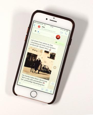 Fotografie: Blick auf ein Smartphone, auf dem ein Chatverlauf mit einem Bild zu sehen ist