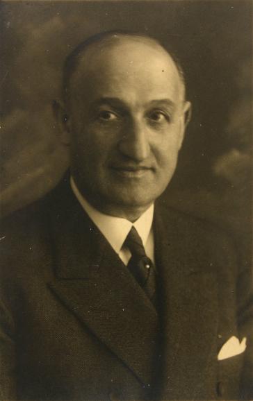 Porträtfoto eines Mannes mit Anzug und Krawatte