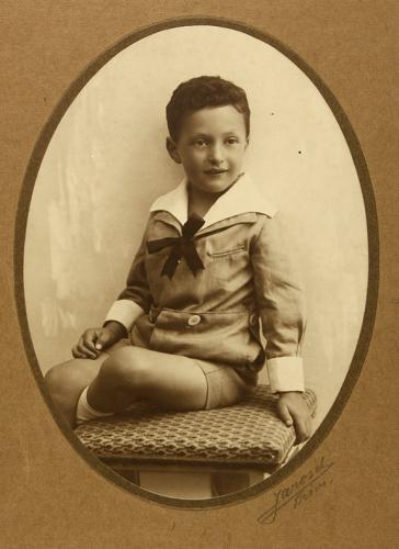 Studioaufnahme eines kleinen Jungen im Matrosenanzug