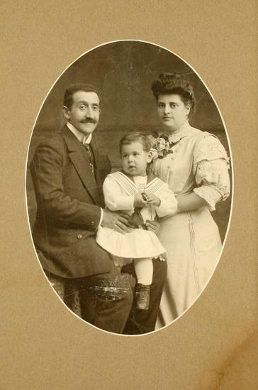 Ovale Studioaufnahme eines Paares mit einem kleinen Kind auf dem Schoß des Vaters
