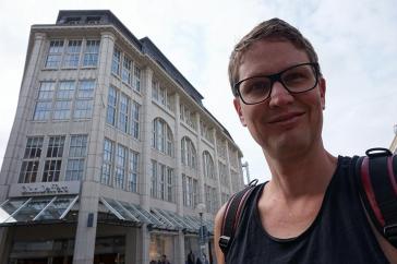 Selfie mit Kaufhaus im Hintergrund