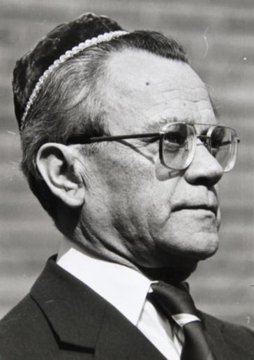 Scharz-weiß-Portrait im Halbprofil eines Mannes mit Kippa, Brille, Anzug und Krawatte