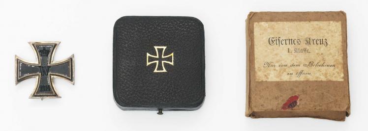 Eisernes Kreuz I. Klasse (links), schwarzes Klappetui (Mitte) und passgenauer Schutzkarton (rechts)