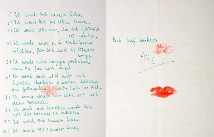 Auf einem Zettel stehen die 10 Punkte des selbst geschriebenen Ehevertrages, welche mit einem roten Kussmund besiegelt wurden.