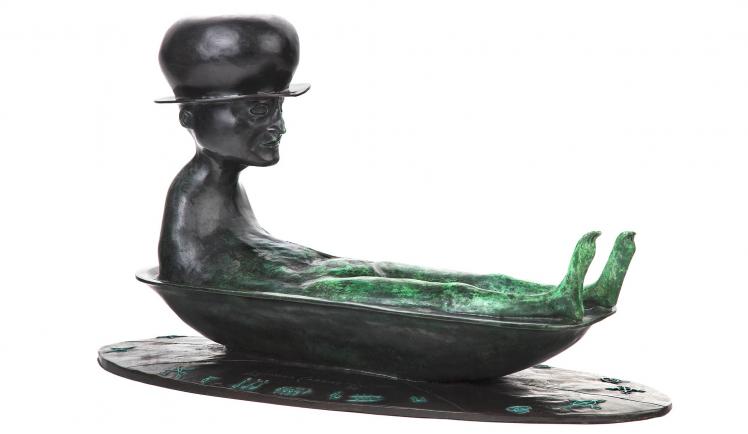 Bronzefigur eines badenden Menschen mit Hut