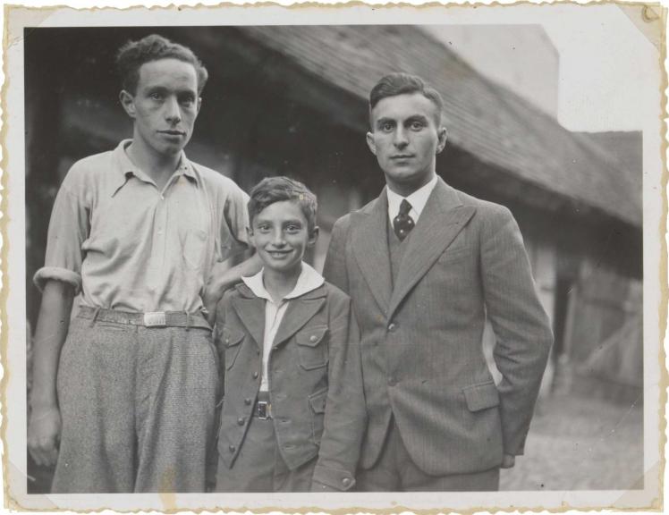 Fotografie der Geschwister Frankenstein, Walter steht zwischen seinen Brüdern