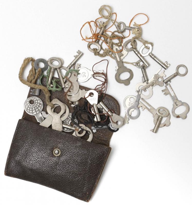 Börse aus braunem Leder und 31 ausgebreitete Schlüssel